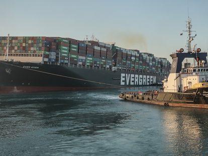 El 'Ever Given' es remolcado tras ser reflotado en el canal de Suez, el 29 de marzo.
