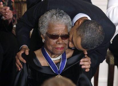 Obama besa a Maya Angelou tras entregarle la Medalla de la Libertad, el 15 de febrero de 2011.