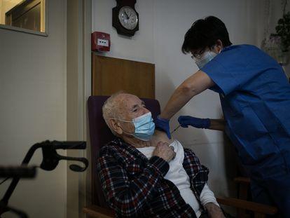 Una enfermera vacuna a un hombre en la residencia Pare Vilaseca (Igualada, Barcelona) el 12 de enero.