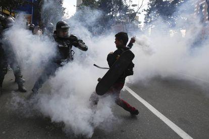Graves incidentes entre la policía y los animalistas en la reapertura de la Santamaría en Bogotá.