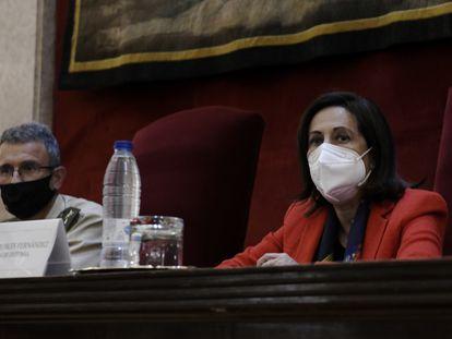 La ministra de Defensa, Margarita Robles, ayer en el Centro Superior de Estudios de la Defensa Nacional (Ceseden), junto al general Luis Torcal.