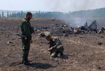Milicianos prorrusos junto a los restos de uno de los cazas abatidos.