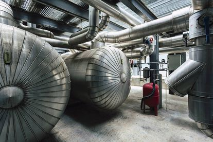 El sistema de refrigeración que acaba en tuberías de agua fría detrás de los armarios de los procesadores.
