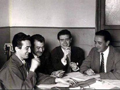 De izquierda a derecha, Rafael Sánchez Ferlosio, José María de Quinto, Ignacio Aldecoa y Alfonso Sastre, con motivo de la aparición de la 'Revista española' en 1953.