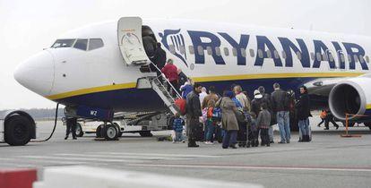 Pasajeros suben a un avión de Ryanair en el aeropuerto de Eindhoven (Holanda)