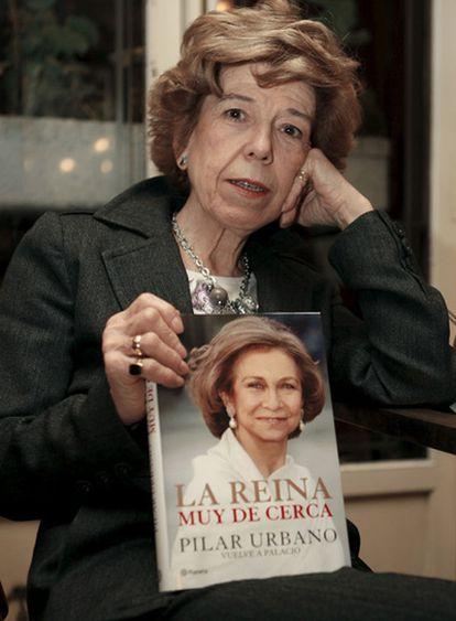La periodista Pilar Urbano posa con un ejemplar de su libro <i>La Reina muy de cerca</i>.