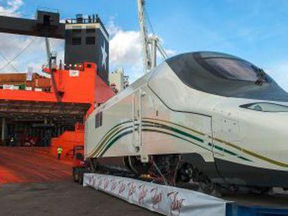 Embarque en un barco de transporte del primer tren AVE que Talgo envía con destino Arabia Saudí desde el puerto de Barcelona.