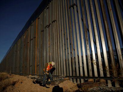 Un constructor trabaja en la nueva sección del muro fronterizo en Sunland Park, Nuevo México, el pasado 15 de enero.