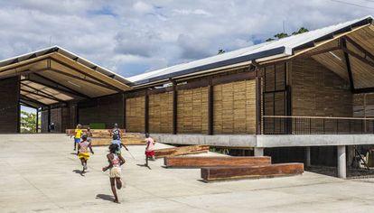 El proyecto colombiano en la selva húmeda eleva los edificios para evitar las inundaciones.