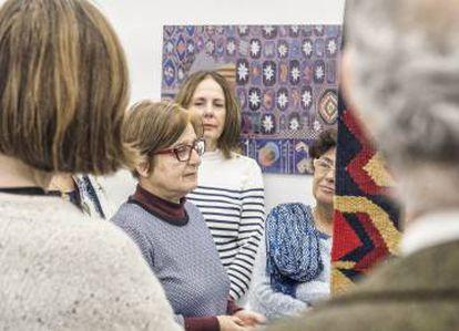 Teresa Lanceta, en el centro, durante la presentación de la muestra <em>La alfombra española del siglo XV</em>, en Espacio Mínimo. |