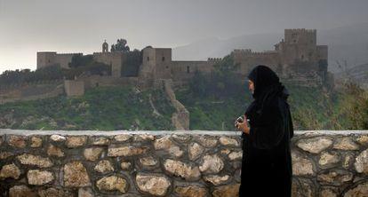 Una mujer contempla la Alcazava de Almería.