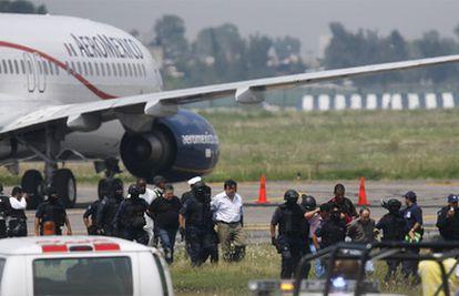 La policía acompaña a los detenidos por el secuestro de avión un avión en México