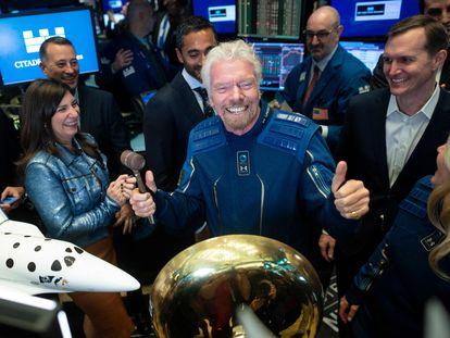 Richard Branson, junto a uno de sus prototipos y en traje espacial, en 2019 en la Bolsa de Nueva York.