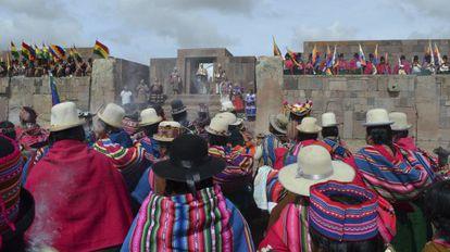 Indígenas de Bolivia asisten a la ceremonia de Evo Morales.