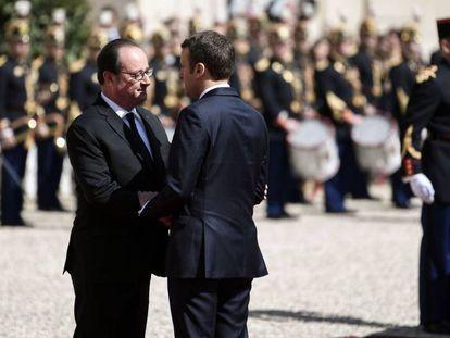 El expresidente francés Hollande despide a su sucesor en el cargo Macron tras la reunión mantenida por ambos en el Elíseo, este domingo.