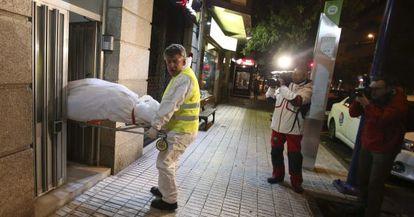 Miembros del servicio funerario de Vigo trasportan el cadáver de una mujer víctima de violencia machista el pasado lunes.