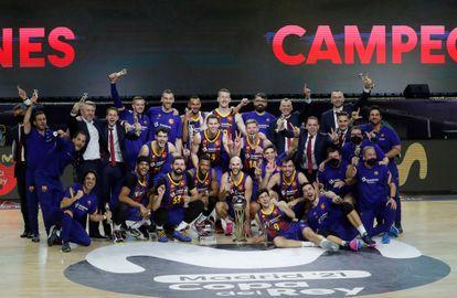 Los jugadores del Barça y el cuerpo técnico celebran la victoria conseguida ante el Real Madrid, en el encuentro correspondiente a la final de la Copa del Rey 2021 de baloncesto.