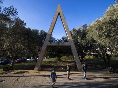 La A mayúscula en el Velódromo de Horta de Barcelona, primer poema urbano corpóreo permanente de Brossa.