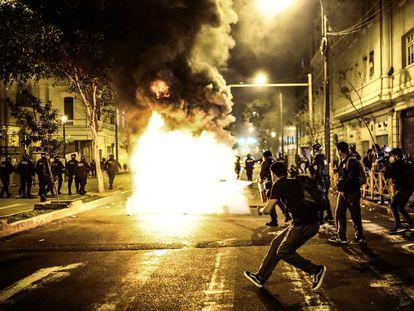 Enfrentamientos entre la policía y manifestantes la noche del martes en Lima.