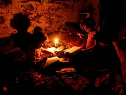Menores hacen sus deberes durante un corte de luz en una zona empobrecida de Gaza, en 2011.