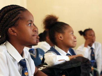 Alumnas de último curso de secundaria durante la charla impartida en la escuela.