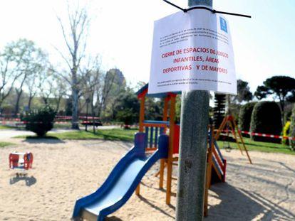 Zona infantil cerrada al público en un parque madrileño.