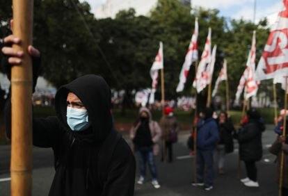 Manifestantes exigen mejores salarios, vacunas y recursos para comedores populares en Buenos Aires, en junio de 2021.