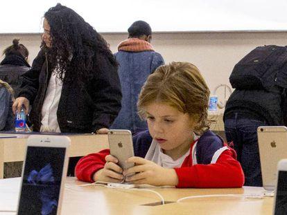 Solo el 44% de los niños entre 10 y 18 años sabe diferenciar información falsa de la verdadera en Internet.