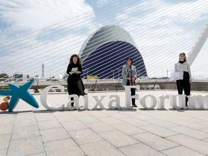 """Las artistas Anna Talens (izquierda) e Inma Femenía flanquean a la directora general adjunta de la Fundación """"la Caixa"""", frente al Ágora, donde se construye el CaixaForum de Valencia."""