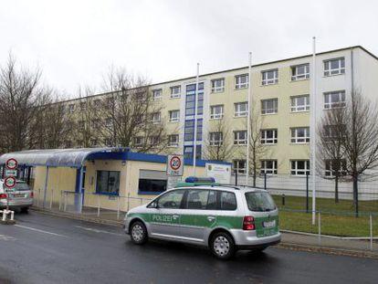 Un coche de la policía aparcado a las puertas de la Oficina de Investigación Criminal en Dresde (Alemania).