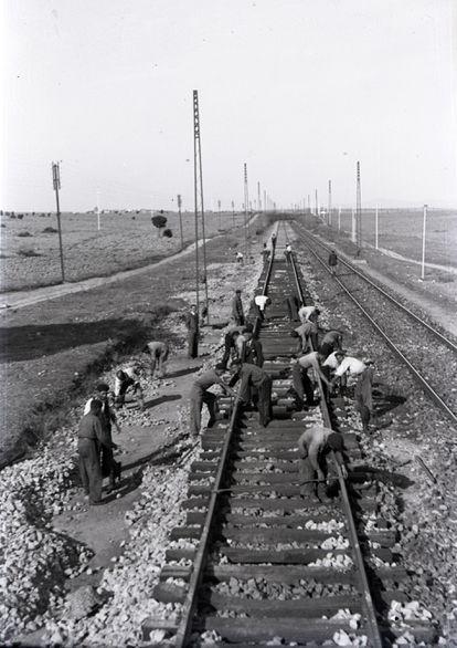Fondos / Colección: Vicente Garrido Moreno.  Un grupo de trabajadores en las obras de construcción de la línea Madrid-Irún en 1944.