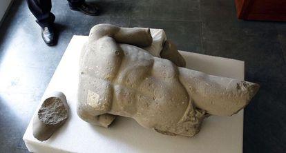 Fragmentos de la escultura hallada en Baelo Claudia.