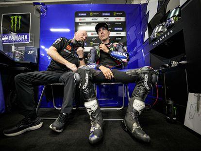Maverick Viñales, en el box durante el GP de Estiria junto a su jefe técnico Silbano Galbusera.