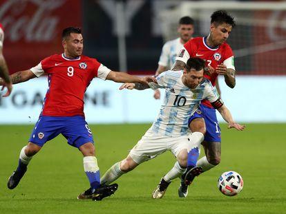 Chile cae entre dos jugadores chilenos.