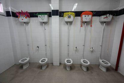 Cuarto de baño del colegio Manuel Núñez de Arenas, en Vallecas, Madrid.