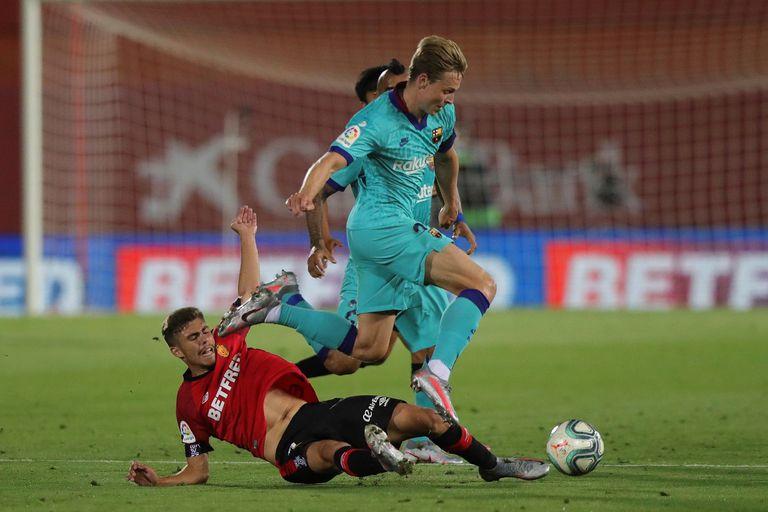 De Jong se marcha de Pozo durante el Mallorca-Barça del 13 de junio.