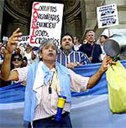 Un grupo de argentinos protesta frente al Tribunal Supremo en Buenos Aires (Argentina).