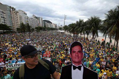 Un manifestante sostiene una figura del juez Sergio Moro, en la protesta de Río.