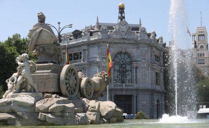 Fachada del edificio del Banco de España, con la Cibeles en primer plano, en Madrid.
