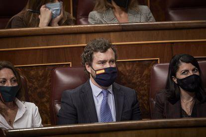 Iván Espinosa de los Monteros (en el centro), durante un pleno del Congreso, el 23 de febrero.