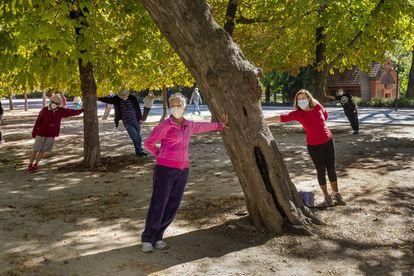 Un gimnasio improvisado al aire libre en el Parque del Retiro, en Madrid.