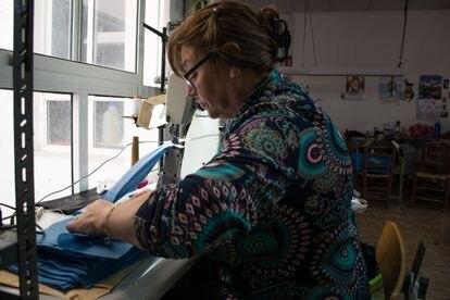 La aparadora María Luisa del Amo cosiendo mascarillas en su casa.