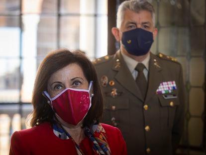 La ministra de Defensa, Margarita Robles, durante su visita este lunes al Cuartel General de la Fuerza Terrestre, en Sevilla.