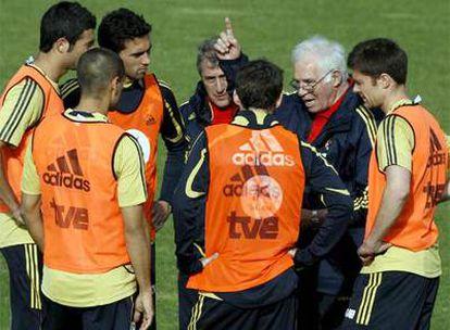 El seleccionador, Luis Aragonés, durante el entrenamiento de esta tarde