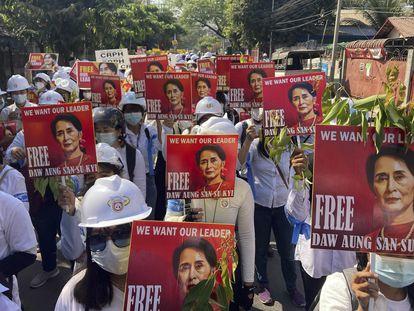 Manifestantes piden la liberación de la líder birmana Aung San Suu Kyi, este viernes en Mandalay.