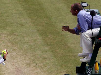 Nadal discute con Pascal durante un partido de Wimbledon en 2010.