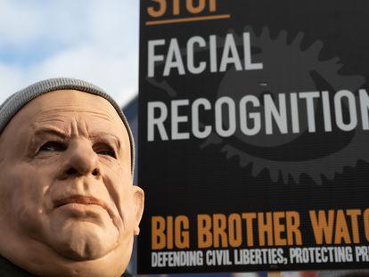 Un hombre enmascarado en una protesta organizada en enero de 2020 en Cardiff contra el uso de cámaras de reconocimiento facial por parte de la policía.