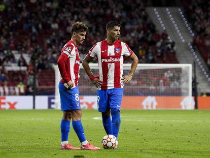 Griezmann y Luis Suárez se disponen a sacar una falta durante el Atlético-Oporto.