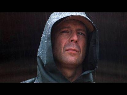 Solo si eres Bruce Willis puedes subirte al árbol sin lesionarte.