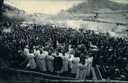 Asistencia el 10 de marzo de 1989, en la parroquia de Adán (Chantada), al entierro de cinco de las seis víctimas del asesinato múltiple.